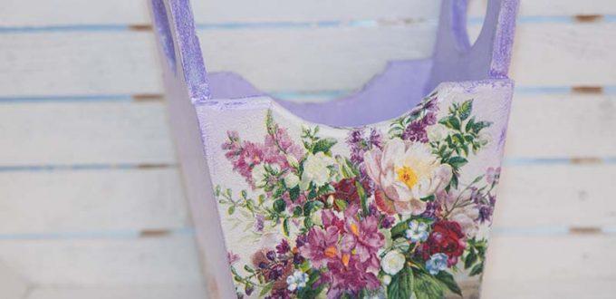 Дървен панер с лилави цветя