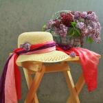 Есенна декорация и украса. Декорация с шапка, шал и цветя