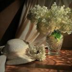 Есенна декорация и украса. Декорация с шапка, букет цветя и съклена ваза