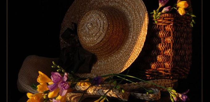 Декорация с шапка и цветя